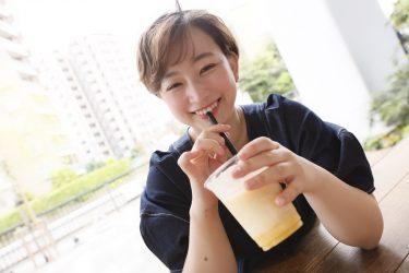ジュースを飲んでいる藤沢麗央