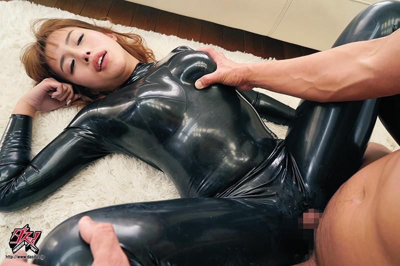 胸を揉まれながら着衣セックスをしているキャットスーツ姿の永井マリア