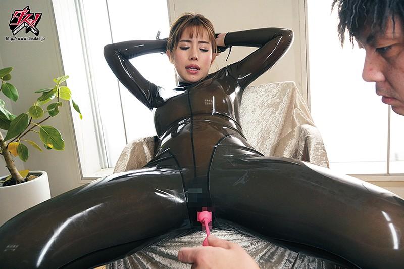 バイブを股間にあてられているキャットスーツ姿の永井マリア
