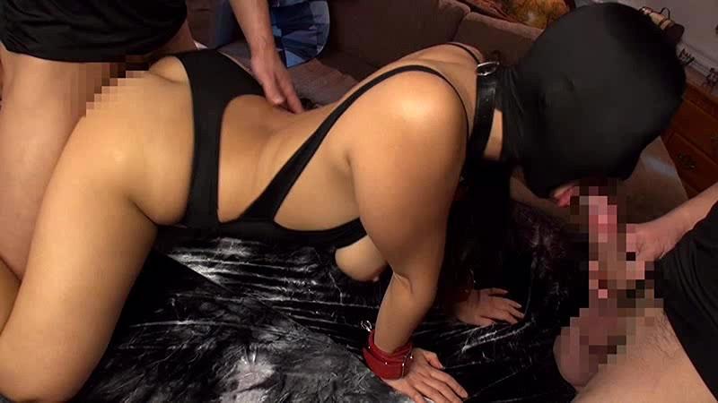 着衣セックスをしているマスク女