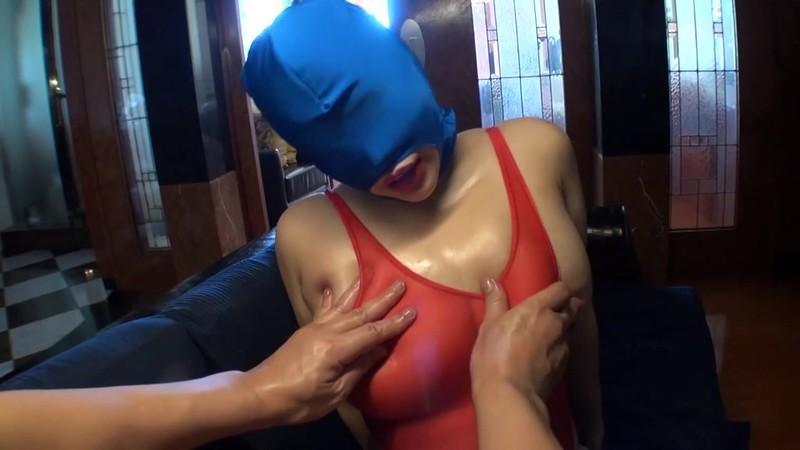 胸を揉まれるマスク女